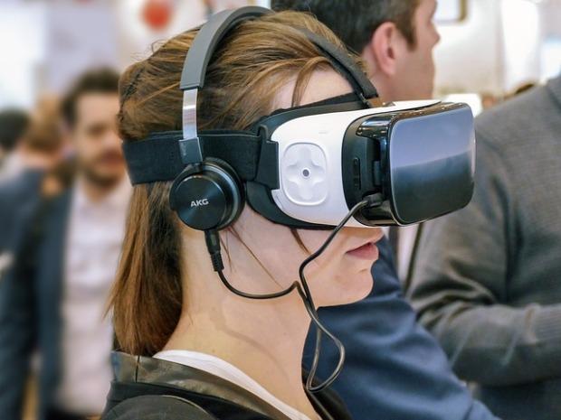 Una mujer mira a través de unas gafas de realidad virtual.